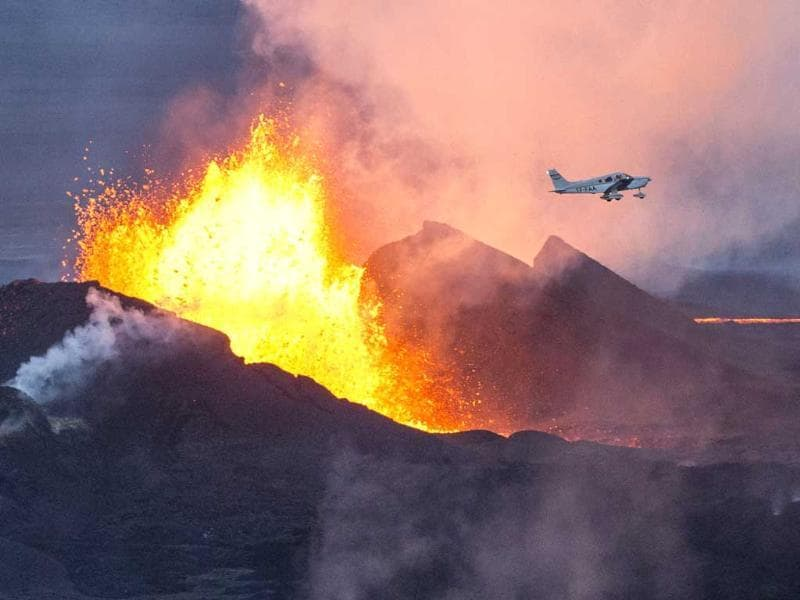 A plane flying over the Bardarbunga volcano spewing lava and smoke in southeast Iceland. (AFP Photo)