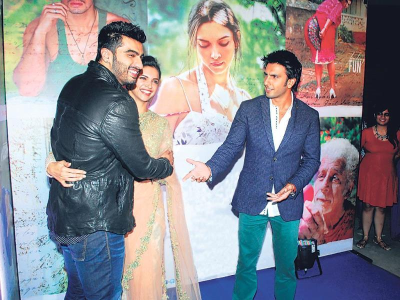 Deepika manages to slip away from Ranveer's hands to Arjun even as the Ramleela actor looks on.