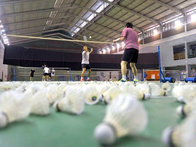 Men doubles badminton player Hendra Setiawan of Indonesia practices with his coach Aryono in Jakarta. (AFP Photo)