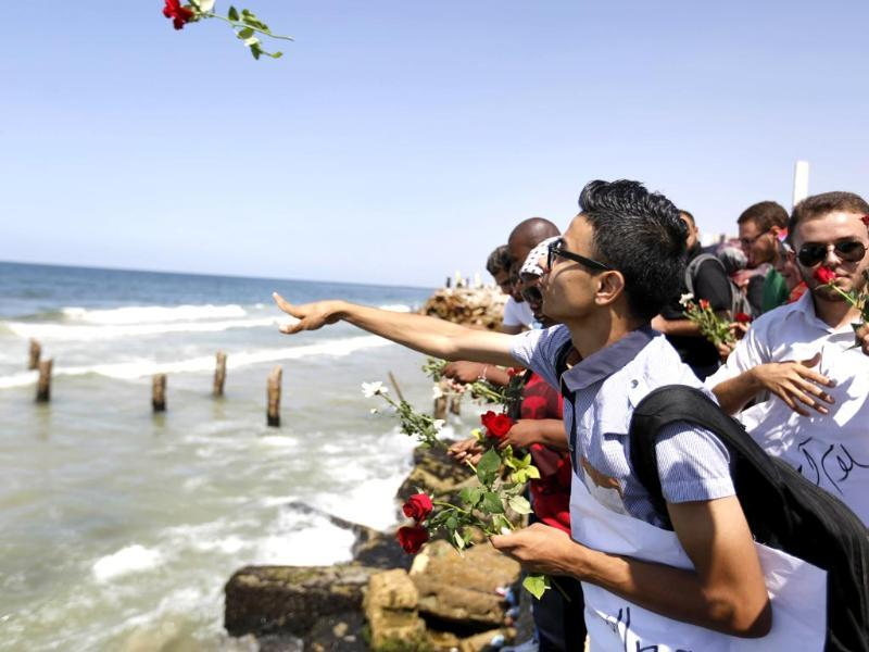 Palestinians throw roses in the Mediterranean sea off the coast of Gaza City. (AFP Photo)