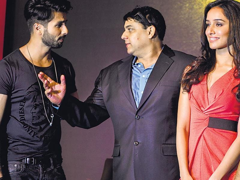 Shahid was distracted by funny man Cyrus Broacha during photo-ops at a press conference in Mumbai. Sharaddha seemed least bothered. (HT Photo/ Prodip Guha)
