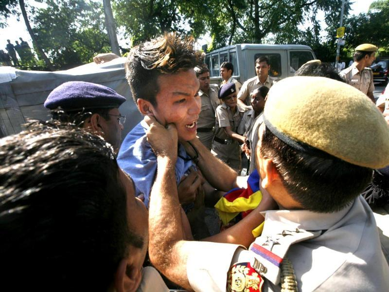 A Tibetan exile is detained by policemen during a protest near the hotel where China's President Xi Jinping is staying, while demonstrating against Xi's visit to India, in New Delhi.(Photo by Arun Sharma/ Hindustan Times)