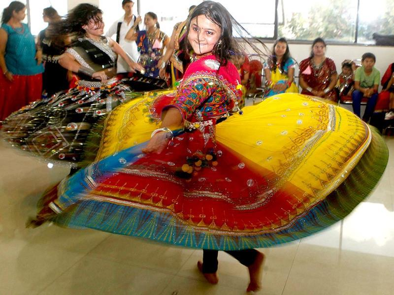 People from various age groups practice garba ahead of Navratri festival at Malad, in Mumbai. (Vidya Subramanian/HT photo)