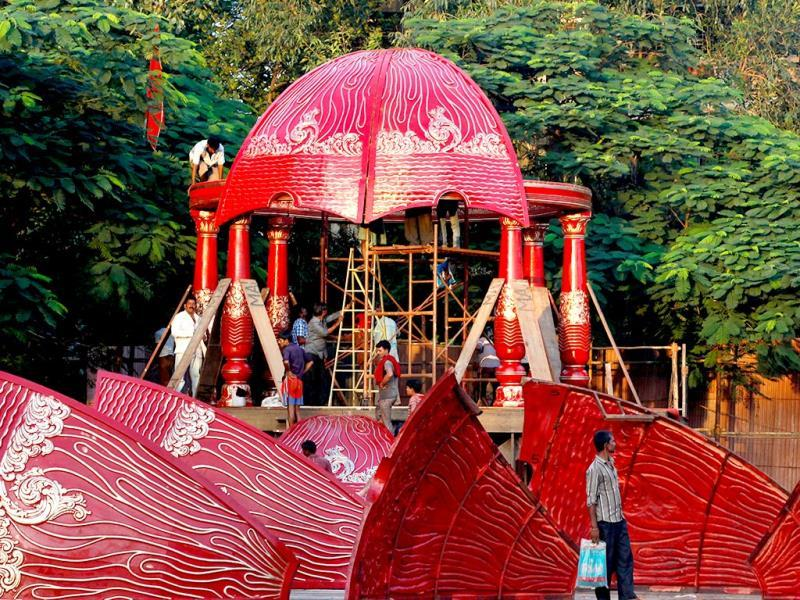 Pandals are being erected for garba and dandiya ahead of Navratri festival at Borivali, in Mumbai. (Vidya Subramaniam/HT photo)