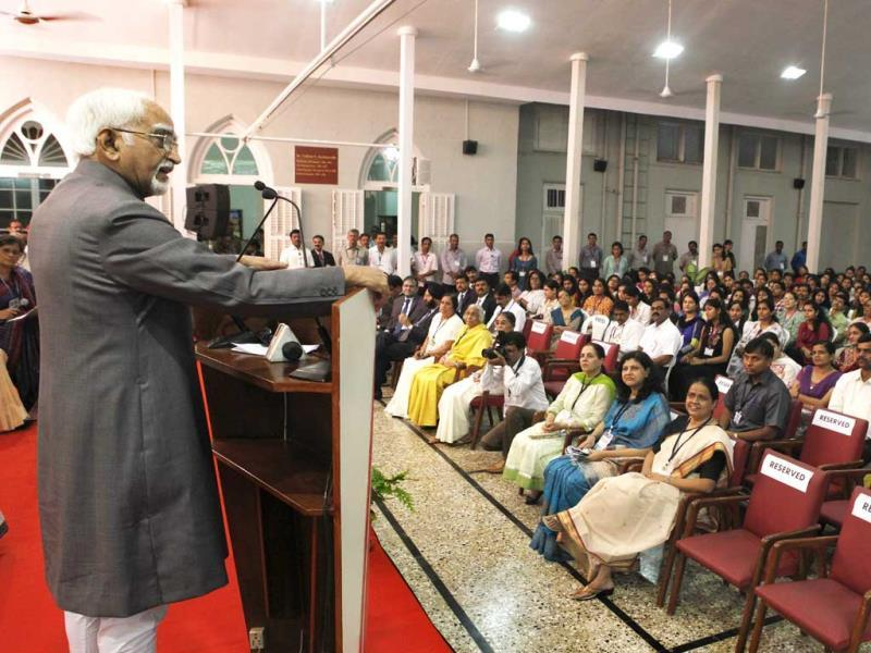 Hamid Ansari , the vice president of India addresses an interactive session with students at Sophia College for Women in Mumbai. (Kalpak Pathak/HT photo)