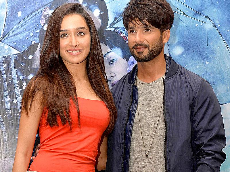 Shahid Kapoor and Shraddha Kapoor pose for the shutterbugs at an event to promote Haider. (AFP Photo)