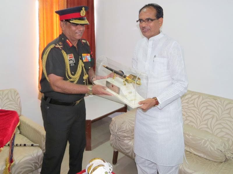 GOC, southern command, Lt General Ashok Singh met Shivraj Singh Chouhan in Bhopal and assured him cooperation from Army in case of any natural calamity. (HT photo)