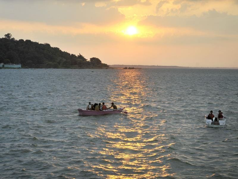 People flocked to Upper Lake in Bhopal on Saturday to celebrate World Tourism Day. (Praveen Bajpai/HT photo)