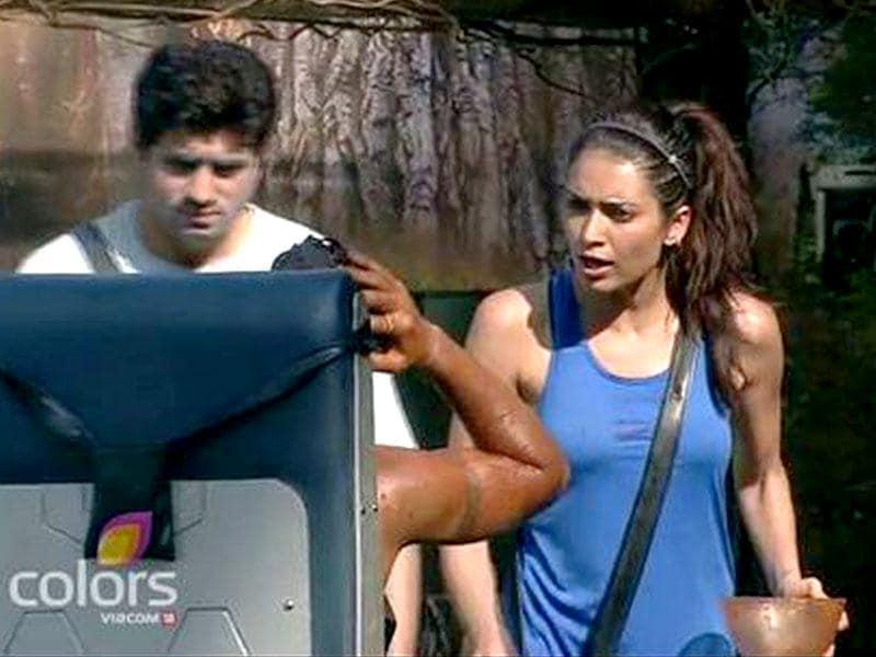 Karishma was extremely hurt when Gautam abused her for performing her part of the task.