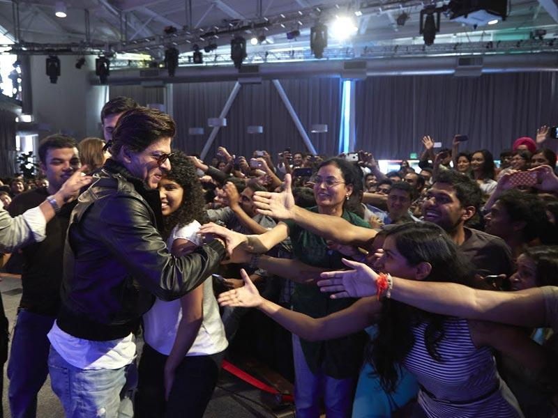 Fangirls gang up on Shah Rukh for hugs and autographs.