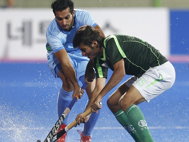 India's Dharamvir Singh (L) and Pakistan's Muhammad Sr Rizwan fight for the ball in Incheon on Thursday. (AP Photo)