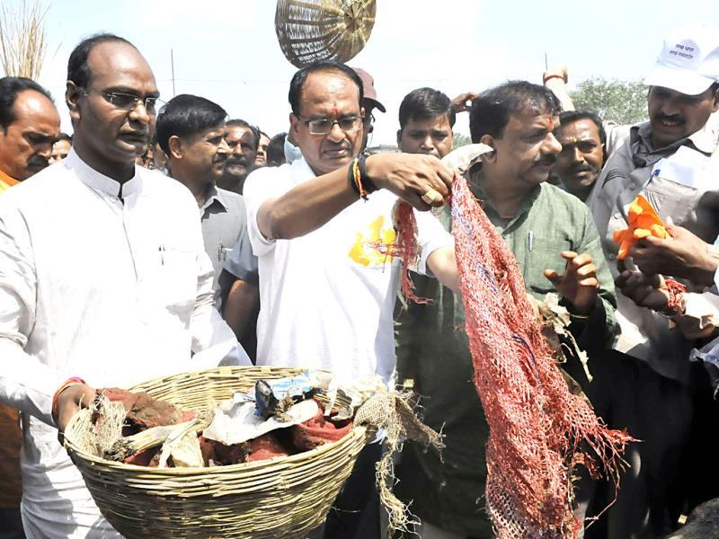 MP chief minister Shivraj Singh Chouhan collects garbage as part of Swachh Bharat Abhiyaan, in Bhopal on Thursday. (Mujeeb Faruqui/HT photo)