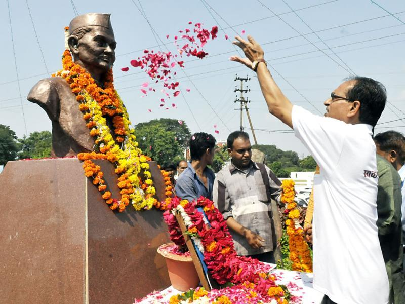 MP chief minister Shivraj Singh Chouhan pays floral tributes to Lal Bahadur Shastri on his birth anniversary, in Bhopal on Thursday. (Mujeeb Faruqui/HT photo