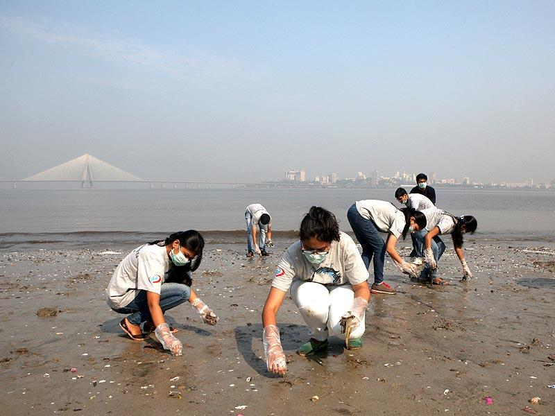 Students from VJTI college participate in the nationwide Swachh Bharat mission at Dadar beach in Mumbai. (Kunal Patil/HT photo)