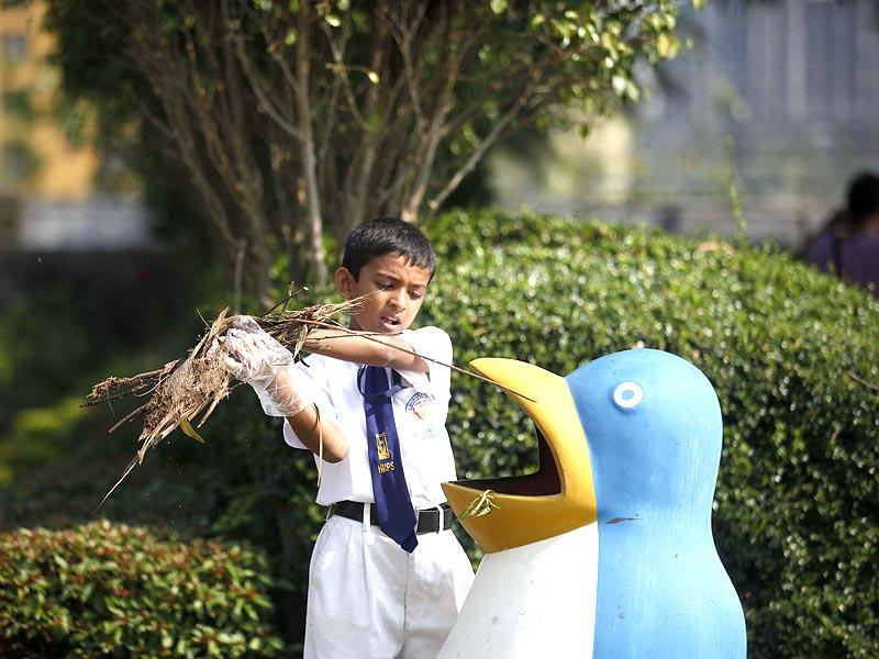 A student of Andheri's Rajhans School participates in the nationwide Swachh Bharat mission in Mumbai. (Vidya Subramaniam/HT photo)