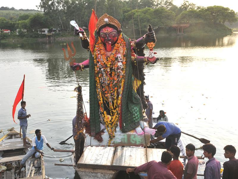 An idol of Goddess Kali being immersed at Prempura ghat in Bhopal on Friday. (Praveen Bajpai/HT photo)