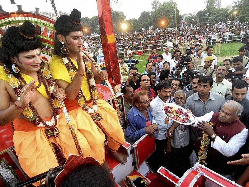 Bihar chief minister Jitan Ram Manjhi offers aarti to youth dressed up as lord Ram and Laxman during the Dussehra celebrations in Patna. (PTI Photo)
