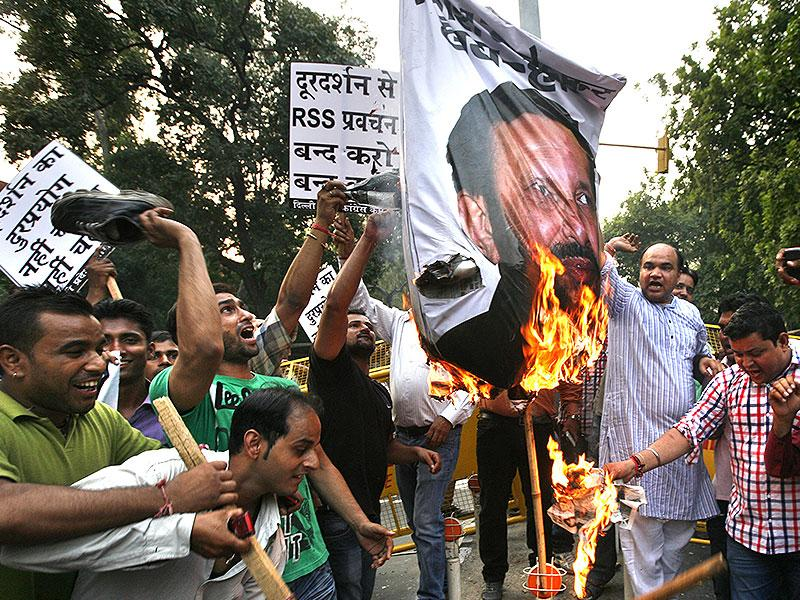 Congress workers burn an effigy of I&B Minister Prakash Javdekar during a protest against Doordarshan for live telecast of RSS Dussehra rally in New Delhi. (Arun Sharma/HT Photo)
