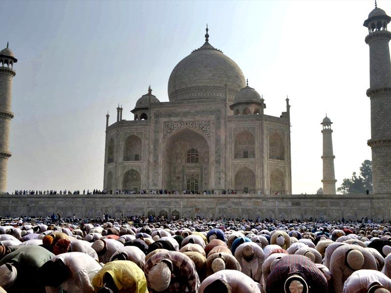 Muslims offer prayers during Eid al-Adha or the Feast of the Sacrifice at the Taj Mahal monument in Agra. (AP photo)