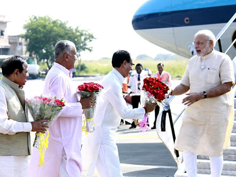 PM Narendra Modi being received by chief minister Shivraj Singh Chouhan, mayor Krishna Murari Moghe and MP BJP president Nandkumar Singh Chouhan at Indore airport. (HT photo)