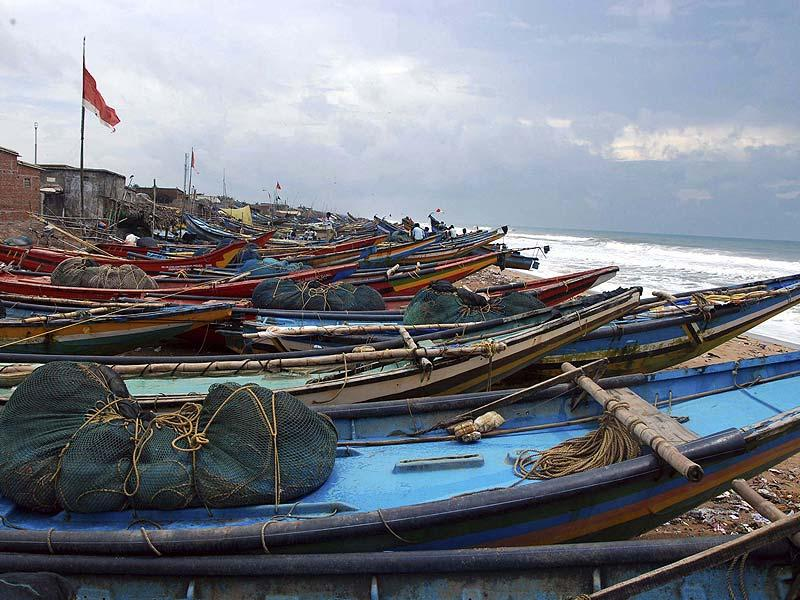 Fishermen have been asked not entering into the sea beach during high alert for cyclone Hudhud in Puri. (HT photo)