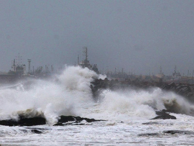 Large waves buffet the coastline as Cyclone Hudhud makes landfall in Visakhapatnam. (AFP photo)