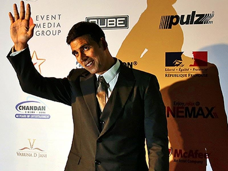 Actor Akshay Kumar waves as he arrives to attend the opening ceremony of the 16th Mumbai Film Festival in Mumbai, India on October 14, 2014. (AP)