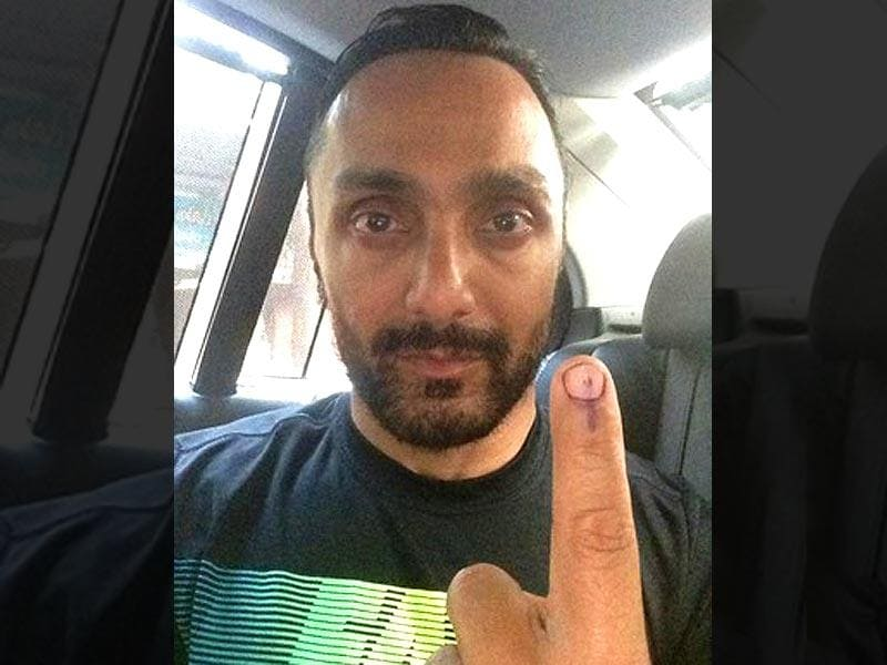 Rahul Bose promptly voted early in the morning. (Courtesy: Twitter)