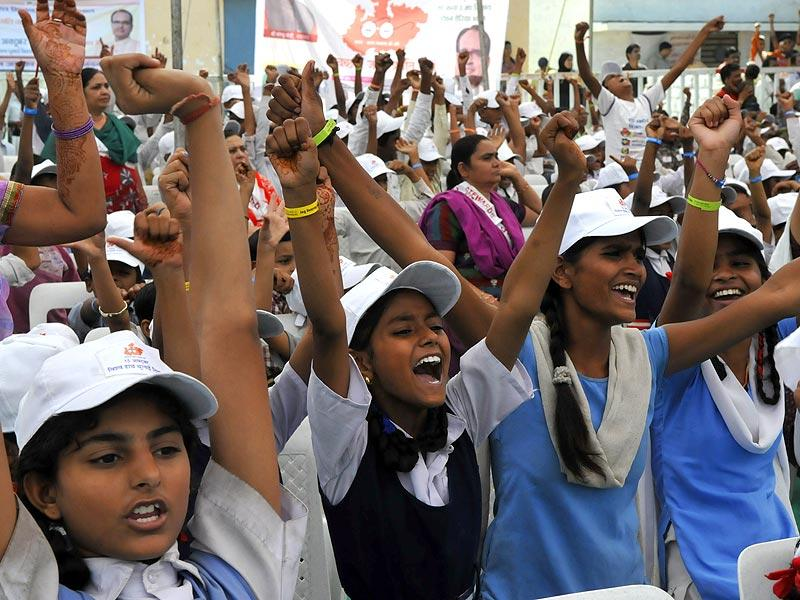 Students take part in the inaugural function of Global Hand Washing Day in Bhopal on Wednesday. (Mujeeb Faruqui/HT photo)