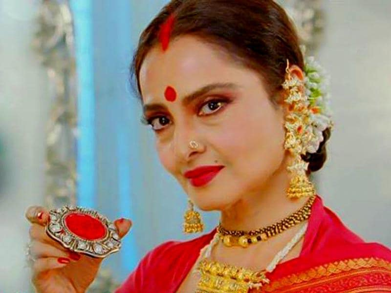 Rekha plays a grandmom who has dedicated her lfie for the family and realises that noone in the family really respects her.