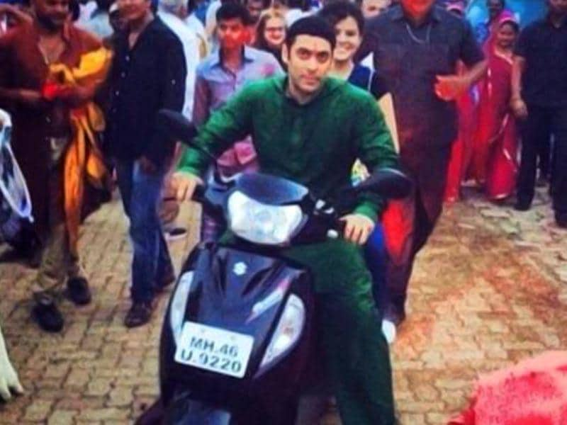 Salman Khan gives a ride to Palak Muchal from the sets of Prem Ratan Dhan Payo.