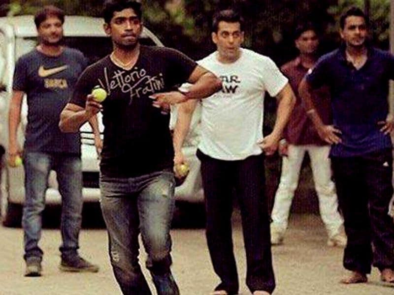 Salman Khan cools off with a game of cricket on the sets of Prem Ratan Dhan Payo in Karjat, Maharashtra.