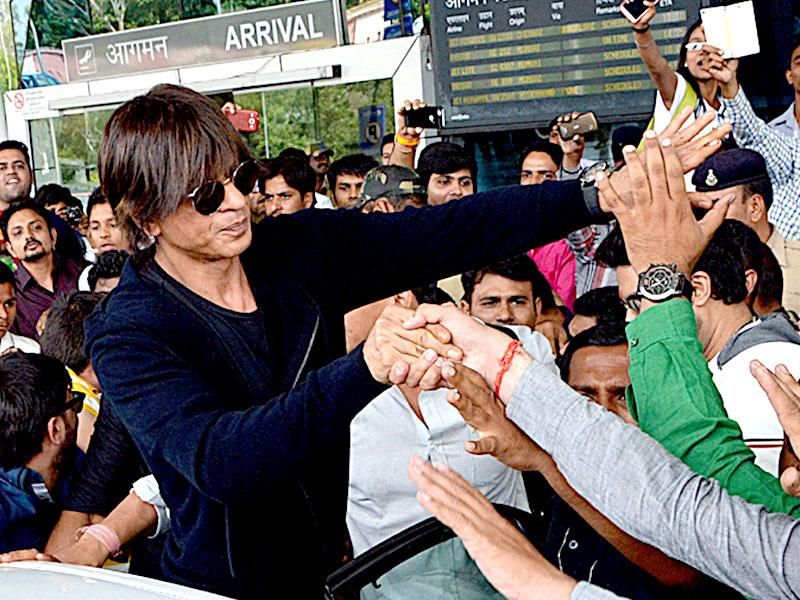 Shah Rukh Khan's fans flocked to Indore airport on Thursday to get a glimpse of the actor when he arrived in the city to promote his upcoming movie Happy New Year. (Arun Mondhe/HT photo)