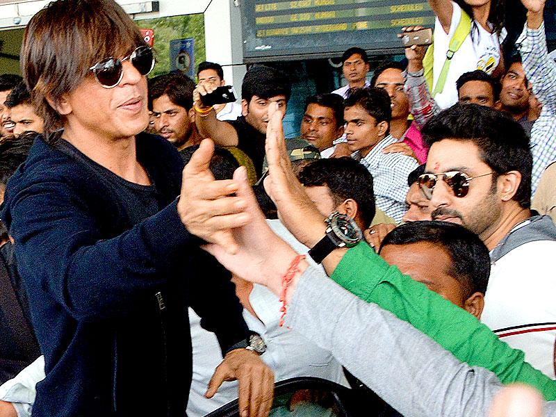 The shutterbugs couldn't get enough of Bollywood actor Shah Rukh Khan when he arrived in Indore to promote his movie 'Happy New Year'. (Arun Mondhe/HT photo)