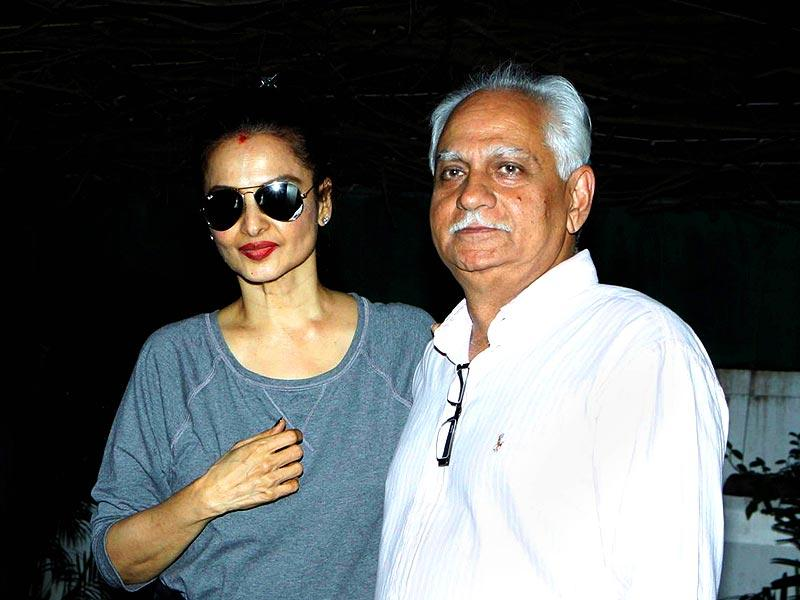 Rekha poses for the shutterbugs with director Ramesh Sippy who returns with the forthcoming film (starring Rekha) Super Nani directed by Indra Kumar in Mumbai. (AFP Photo)