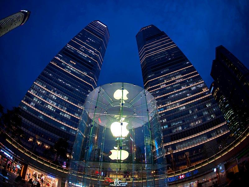 An Apple store in Shanghai begins selling its latest iPhone in China, nearly a month after other major territories due to a licence delay by regulators, but it faces a tough battle with rivals led by Samsung in the crucial market. (AFP photo)
