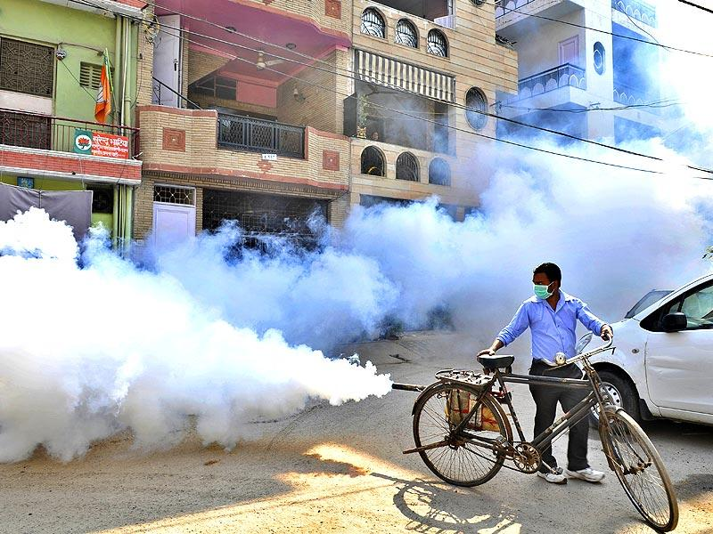 Fumigation for dengue prevention being conducted by the MCD in Ward No 155 of Lajpat Nagar n New Delhi. (Photo by Saumya Khandelwal/ Hindustan Times)