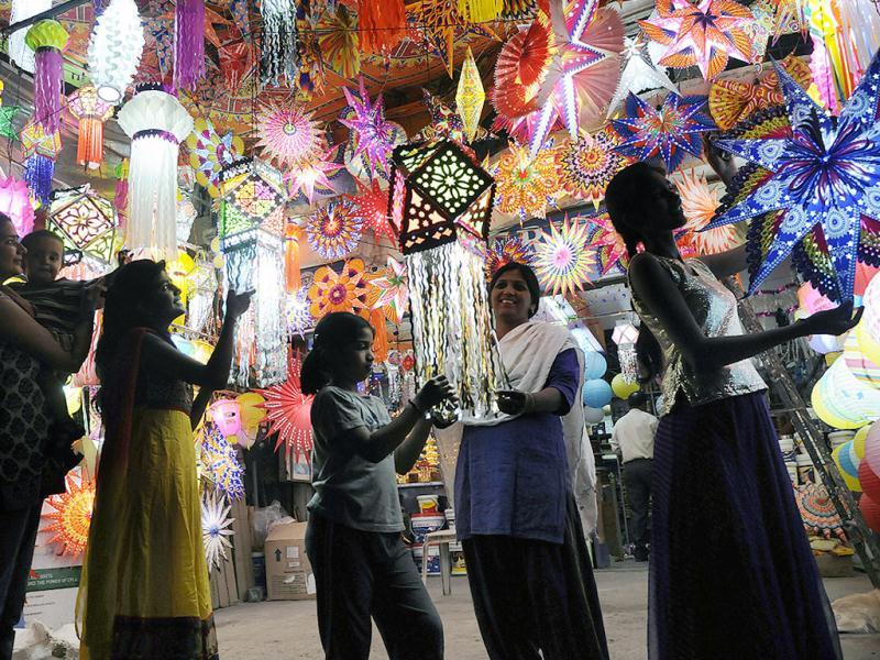 Indore residents flocked to markets in the city to shop for Diwali. (Arun Mondhe/HT photo)