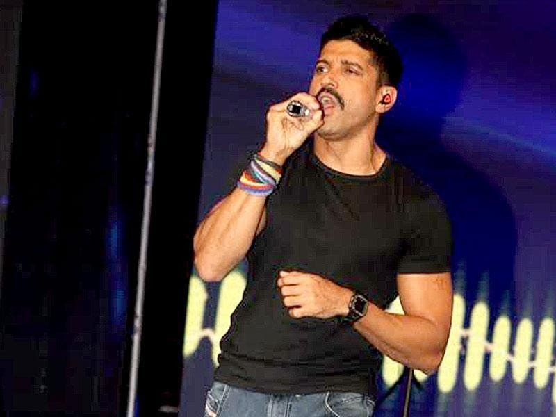 Farhan Akhtar at Ummeed E Kashmir, a celeb event to raise funds for Kashmir flood victims in Delhi. Several Bollywood celebs graced the event. Take a pictorial tour.