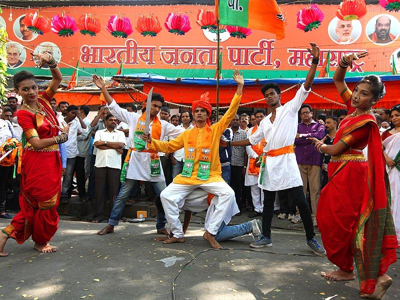Maharashtra BJP workers burst firecrackers outside the state BJP office in south Mumbai to celebrate achieving the one crore target, set by state party president Raosaheb Danve. (Vijayanand Gupta/HT Photo)