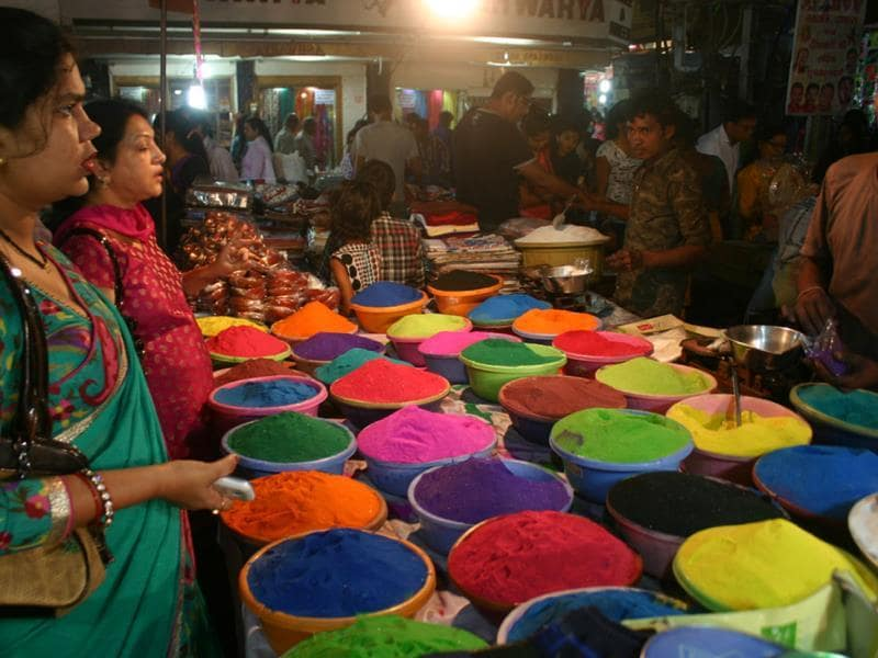 Diwali is just around the corner and the excitement for Diwali shopping is soaring in Bhopal. (Praveen Bajpai/HT photo)