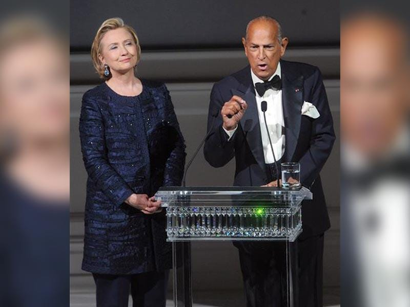 In this June 3, 2014 file photo, former US Secretary of State Hillary Rodham Clinton, left, listens as Oscar de la Renta speaks on stage at the 2013 CFDA Fashion Awards at Alice Tully Hall in New York. (AP)