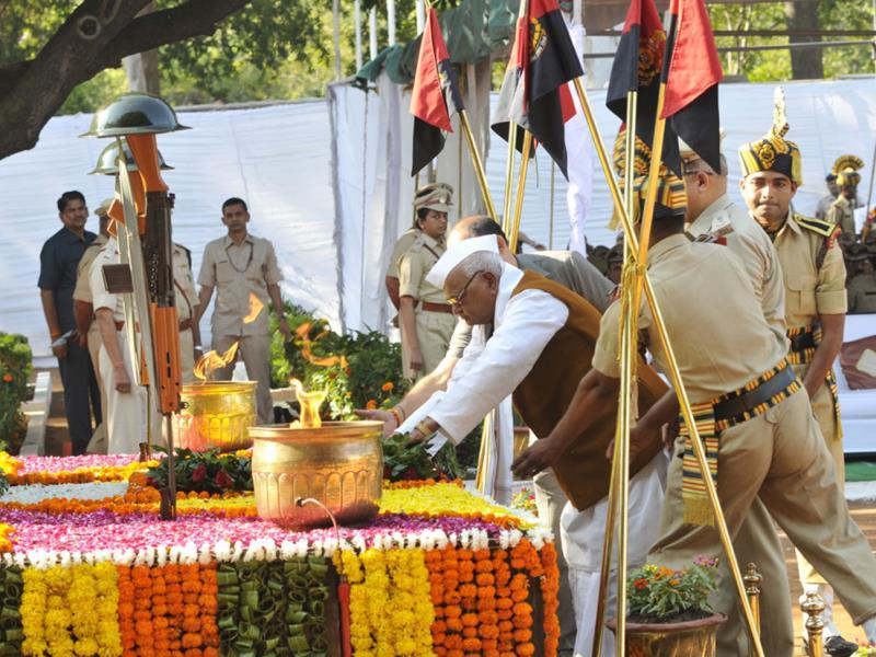 Governor Ramnaresh Yadav pays tributes to police personnel on Police Martyr's Day, in Bhopal on Tuesday. (Praveen Bajpai/HT photo)