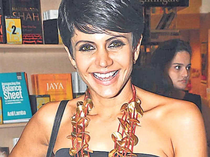 Disc-o deewane – Mandira BediThe actor-TV show host turned heads with this quirky neckpiece. She was spotted at a book launch, making an interesting ­statement by pairing up a neckpiece with shiny golden discs — woven together with a saffron string.