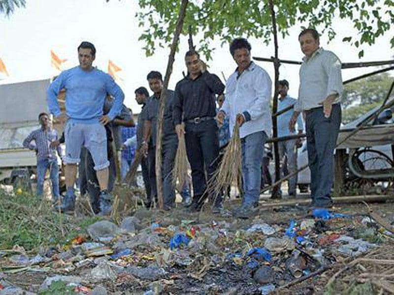 Salman Khan takes up the Swachh Bharat challenge in Karjat. (Courtesy: Facebook)