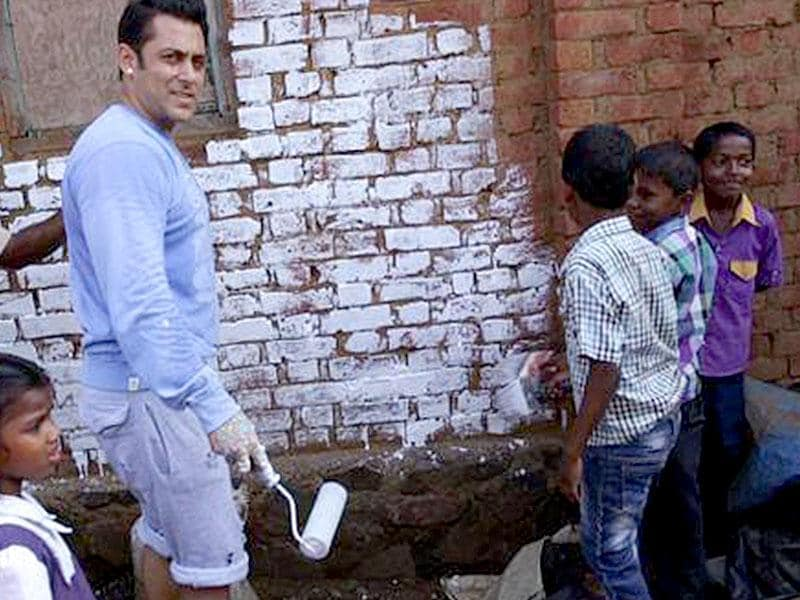 Salman Khan on a cleanliness drive after taking PM Modi's Clean India challenge. (Courtesy: Facebook)