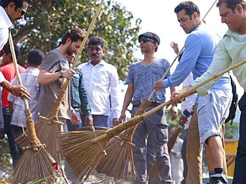 Salman Khan on a cleanliness drive in Karjat, after taking PM Narendra Modi's Swachh Bharat challenge. (Courtesy: Twitter)
