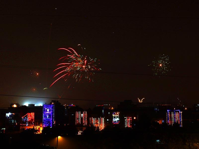 Fireworks light up the sky on Thursday in New Delhi. (Ajay Aggarwal/HT Photo)