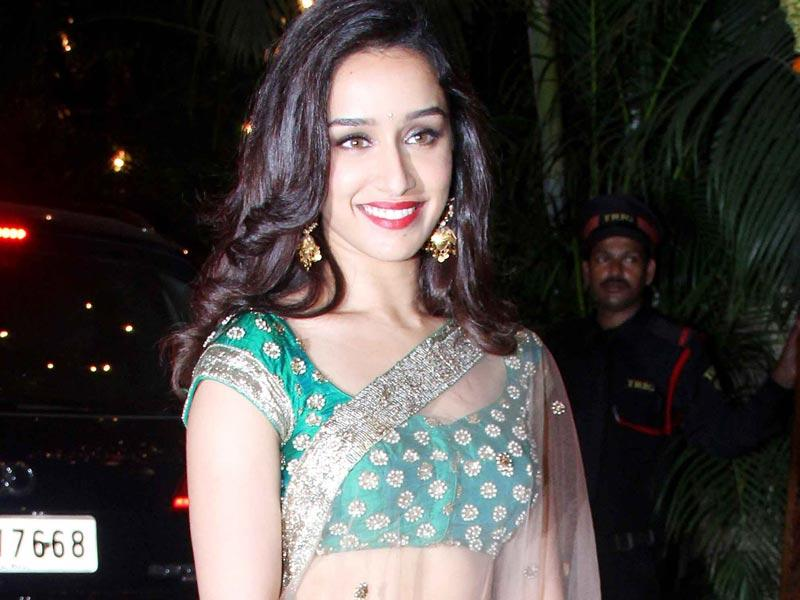 Shraddha Kapoor looking her gorgeous self at Bachchan's Diwali party. (Yogen Shah, HT Photo)