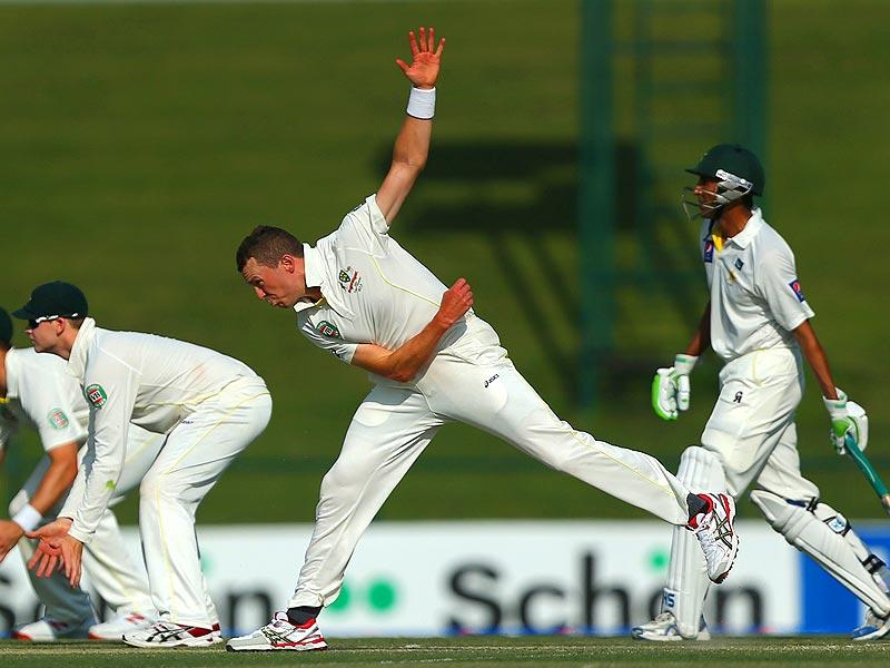Australian cricketer Peter Siddle bowls during the first day of the second test cricket match between Pakistan and Australia at Zayed International Cricket Stadium in Abu Dhabi . (AFP Photo)